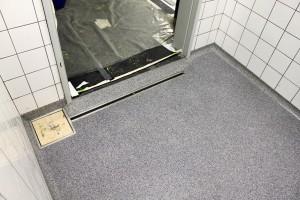 Saubere, mediendichte Anarbei- tung an Tür, Schlitzrinne